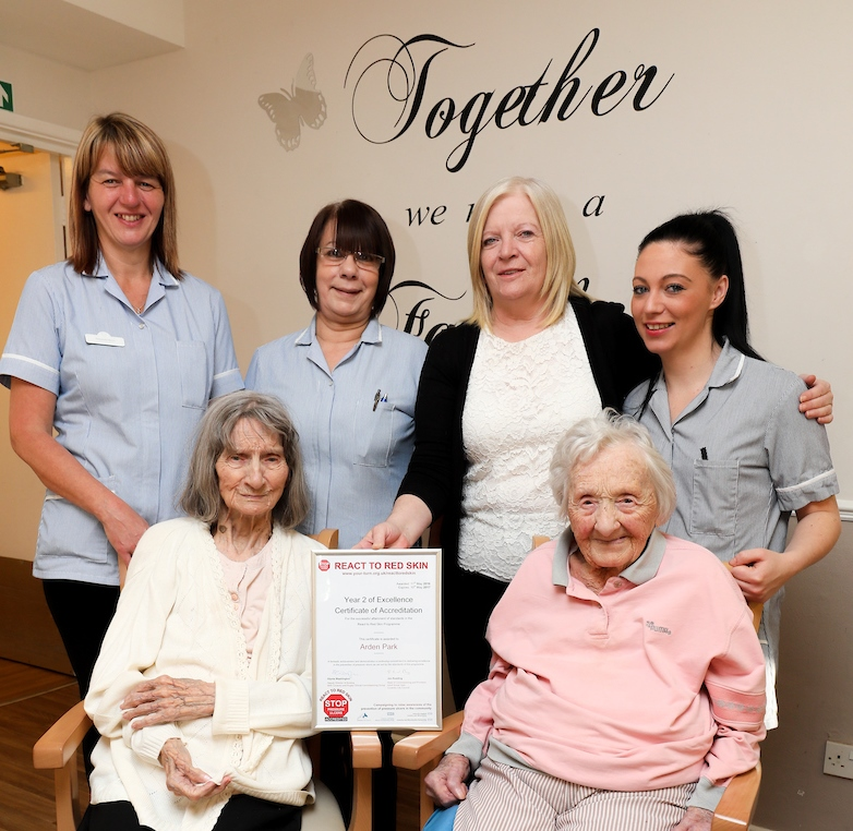 debbie-hambridge-center-with-some-of-the-staff-and-residents-at-arden-park-care-home
